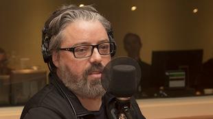 Francis Leclerc dans le studio 18 de Radio-Canada