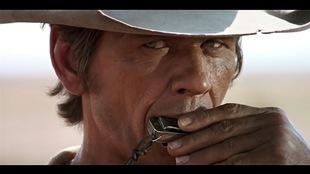 Charles Bronson jouant de l'harmonica dans le film <i>Il était une fois dans l'ouest</i>, de Sergio Leone. La musique du film, signée Ennio Morricone, a souvent été qualifiée de marquante.