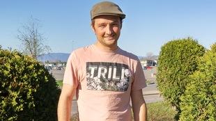 Mathieu Ouellette devant des thuyas.