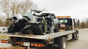 La voiture accidentée sur un camion de remorquage.