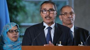 Khatri Addouh parle au micro.