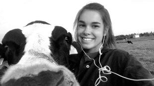 Adélaïde prend un autoportrait avec une vache.