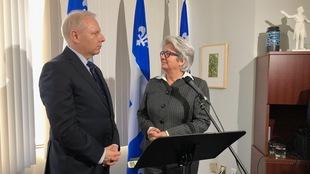 Le chef du Parti québécois, Jean-François Lisée, et la députée  Agnès Maltais lors d'un point de presse dans le bureau de la circonscription de Taschereau.