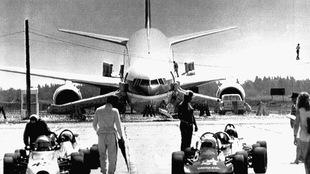 Un avion Boeing 767 d'Air Canada atterrit en sécurité sur une piste d'atterrissage à Gimli au Manitoba alors qu'il est en panne sèche