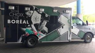 Une ambulance peinte avec le logo de l'établissement.