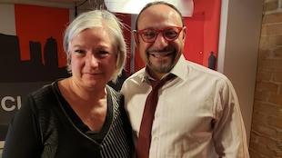 L'animatrice Martine Bordeleau pose avec un des ses invités, le psychologue Amir Georges Sabongui.