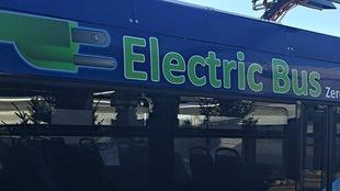 Autobus électrique stationné à Winnipeg.