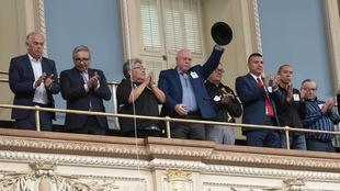 Le grand chef huron wendat Konrad Sioui lève son chapeau pendant que les députés de l'Assemblée nationale applaudissent après que le premier ministre du Québec, François Legault, se soit excusé auprès des dirigeants des Premières nations et des Inuits lors d'une déclaration à l'Assemblée législative à Québec, le mercredi 2 octobre 2019.