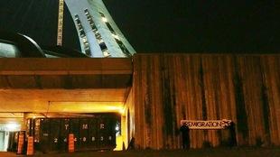 Une banderole portant le slogan « REMIGRATION » est accrochée sur un  mur du stade olympique.