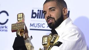 Drake tient 4 de ses 13 trophées dans les bras.