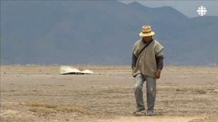 Un homme marche dans le désert en Bolivie.