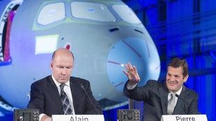 Alain Bellemare, président et chef de la direction, et Pierre Beaudoin, président directeur du conseil, s'adressant à une foule lors d'une assemblée de la multinationale Bombardier.