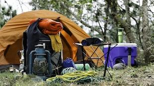 Une tente, un sac à dos et une glacière