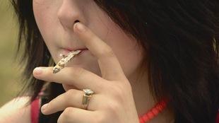 Une femme fume son joint au rassemblement du 4/20 à Edmonton.
