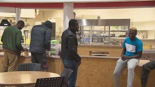 Quatre étudiants africains commandent leur repas dans la cafétéria du collège à Dieppe.