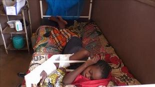 Un enfant victime des combats récupère à l'hôpital.