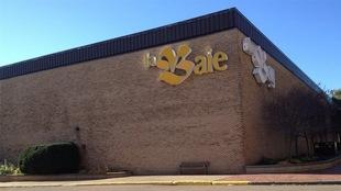 Devanture d'un magasin La Baie dans un centre centre commercial