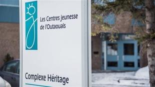 Affiche devant l'un des édifices de la DPJ en Outaouais