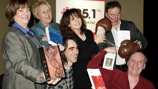 Les panélistes Sheila Copps, Pauline Marois, Biz, Robert Frosi et Dominique Lévesque posent avec leurs livres en compagnie de l'animatrice Christiane Charette (10 mars 2007).