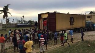 Une foule d'Haïtiens prêtent main forte pour vider le conteneur arrivé du Québec à Tiverny