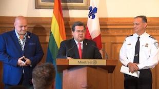 Le président-fondateur de Fierté Montréal, Éric Pineault, le maire de Montréal, Denis Coderre, et le directeur du SPVM, Philippe Pichet, en point de presse le 18 août 2017.
