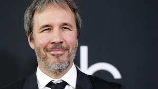 Denis Villeneuve sourit aux caméras sur le tapis rouge des Hollywood Film Awards, en novembre 2017.