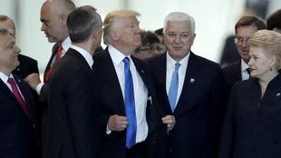 Le président américain Donald Trump (centre) au siège de l'OTAN, à Bruxelles, juste après avoir bousculé le premier ministre du Monténégro, Dusko Markovic (droite).