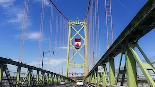 Un drapeau du Canada suspendu au pont Macdonald à Halifax, en Nouvelle-Écosse.