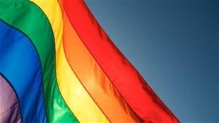 Le drapeau arc-en-ciel, emblème de la lutte pour les droits LGBTQ.