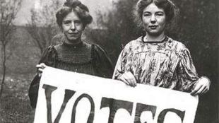 Deux femmes tiennent une pancarte pour le droit de vote des femmes.