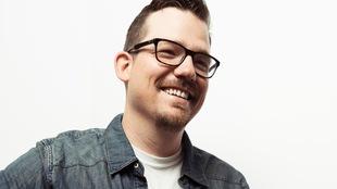 Portrait du chanteur qui porte des lunettes