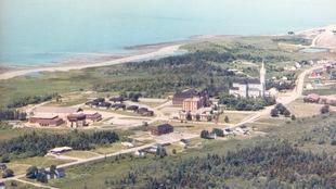 Une vue aérienne de l'église et du campus de l'Université Sainte-Anne.