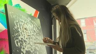 Elfée, 15 ans, en prestation à la galerie d'art LAB, à Magog