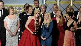 Nicole Kidman, Reese Witherspoon, Jean-Marc Vallée et Laura Dern entourés de l'équipe de la série « Big Little Lies »