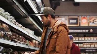 Un homme magasine dans une épicerie Amazon Go.