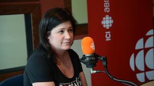 Une femme portant un chandail de Boréalait accorde une entrevue dans nos studios de Rouyn-Noranda.