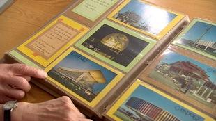 Denise et Ovide Hébert feuillette leur album de photos et cartes postales qu'ils ont conservées en souvenir de leur viste de l'Expo 67 lors de leur voyage de noces.