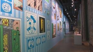 Un mur coloré montre des images de Tintin et de ses acolytes.