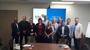 Des membres de la FCFA avec des candidats aux élections lors d'une rencontre à Ottawa-Gatineau.