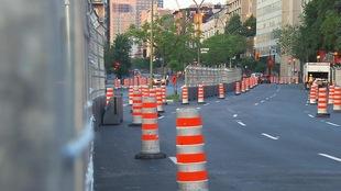 Des murets de béton, clôtures et cônes oranges envahissent le secteur entourant la maison de Radio-Canada.