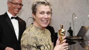 L'actrice Frances McDormand tient dans ses mains son Oscar et sourit