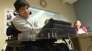 Francis Vollant espère pouvoir bientôt utiliser un bras robotisé pour l'aider à gagner un peu d'autonomie.