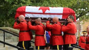 Huit agents de la GRC ont porté le cercueil dans l'église.
