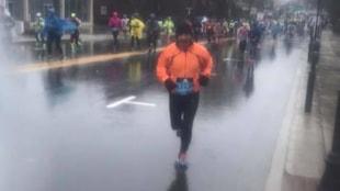 Gérald Brazeau dans les rues de Boston, sous la pluie.