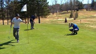 Des golfeurs se préparent à faire leurs coups roulés.