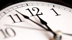 Les aiguilles d'une horloge s'approchent de minuit
