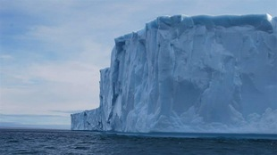 Un gigantesque iceberg dans l'océan Arctique.