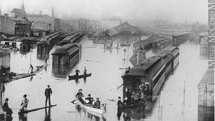 Des trains sont submergés par les eaux du fleuve Saint-Laurent.