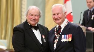 Jean-Guy Rioux et le gouverneur général du Canada lors de la cérémonie de l'Ordre du Canada en 2012