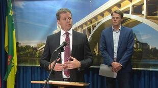 Jeff Jorgenson parle au micro avec à côté de lui le maire Charlie Clark lors d'une conférence de presse.